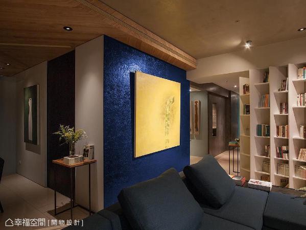 屋主拥有对艺术极高的敏锐度,故杨竣淞与罗尤呈设计师撷取梵谷名画「星夜」中的蓝色,搭配手工刷痕,在壁面涂上一层艺术氛围。