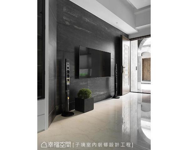 大面金属砖电视墙,搭配抛光石英砖地材,干净利落的立面,呈现大器貌。