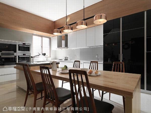 厨房使用系统柜作全收纳规划,如烤箱、微波炉等皆入纯白系统柜中,甚至利用黑色镜面柜体,将身型庞大的冰箱完美隐藏。