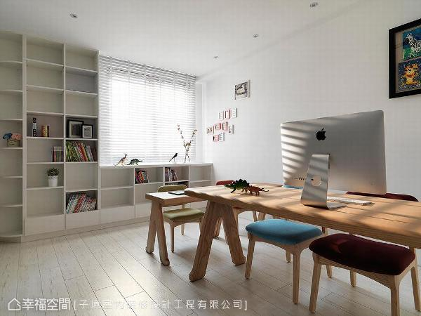 家具皆采木质系列,利用温润性质增加空间沉稳度,延伸至天花板的开放式柜体,供屋主摆放书籍与展示品,良好的采光,营造清爽舒适的书房空间。