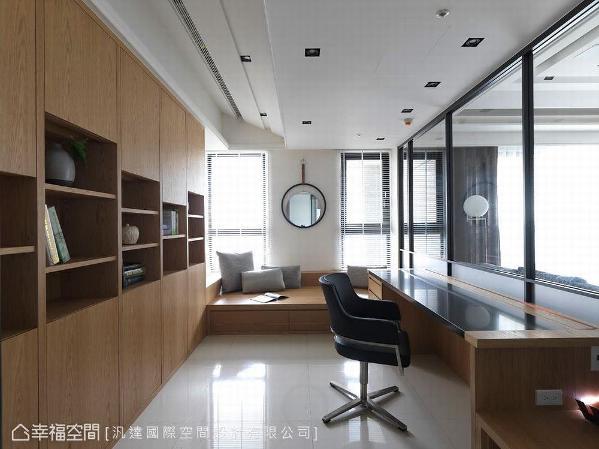 当男主人工作疲累时,卧榻区成为放松休息的地方,还可变成临时客房。木作书桌桌面用镀钛做为线槽,书柜门片采不对称设计,形成错落趣味造型。