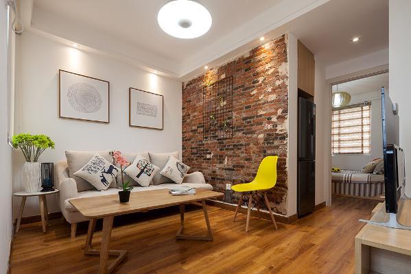 通过玄关门厅的改造完以后多出了一个客厅的空间,在客厅的左手边做了个老墙,通过对比的方式将整个空间新与旧的这种交融,融合到了一起,让业主的生活中留下一个记忆点。