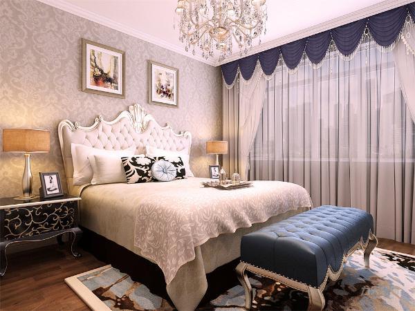 卧室的设计很简单,壁纸选择为欧式的特色壁纸,家具的选择简单大方,体现了业主的生活品味,适度的装饰是家居不缺乏时代气息