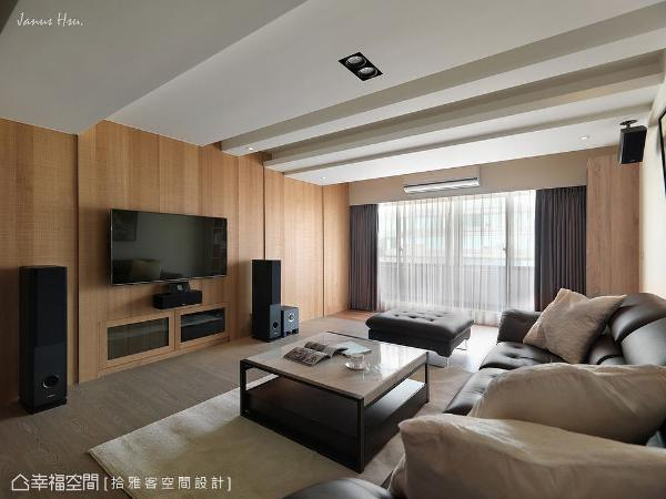 以屋主喜爱的木质元素为设计主轴,并在窗外的暖阳映照下,呈现质材的朴质肌理,盈满空间的芬芳气息。