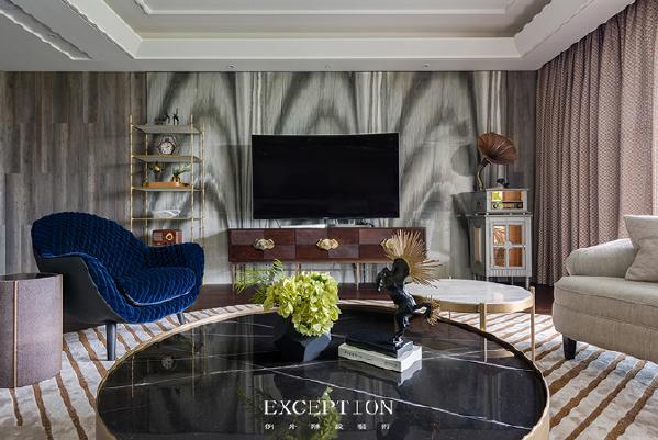 【设计解读·客厅】   金色包裹曜黑几面的每一个角度,亲密的组合,肆意书写空间的轻奢与精致。