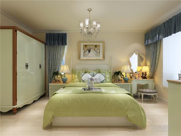 主卧的空间,且主卧配有卫生间,主卧的采用浅黄色壁纸,飘窗是一个实用的柜子,地面为强化复合地板。主卧的左面为客厅,地面采用800*800哑光地砖斜铺