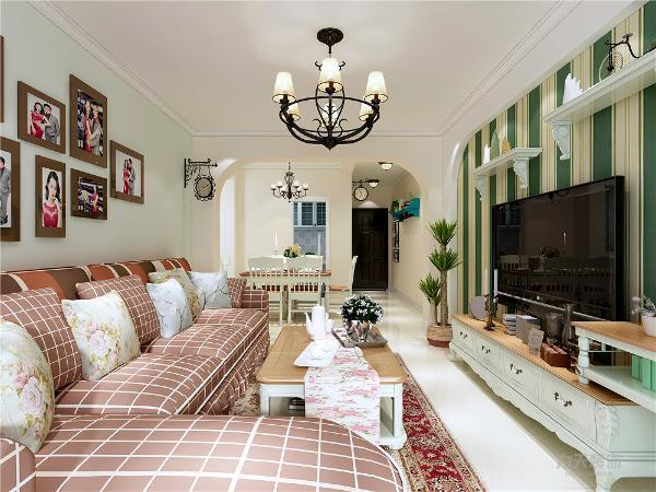 客餐厅整体空间,电视背景墙采用拱形造型。整体设计温馨舒适的感受。
