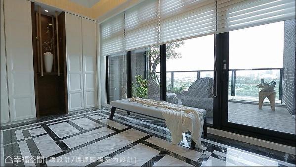 一进入玄关,大面落地窗引景入室,模糊室内外界线,让空间垄罩在和煦阳光下,充满蓬勃生命力。