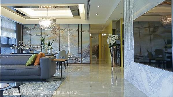 电视墙采用银狐大理石打造,表面经水平和垂直切割,创造出凹凸立体层次,凸显石材自然纹理之美。