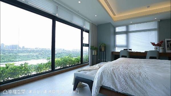 将所有机能靠墙设置,让床铺面对整面窗户,屋主起床时能将河岸景观一览无遗。