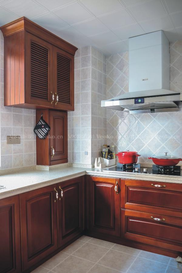 美式厨房,热爱生活的女主人也喜欢铸铁珐琅彩的高颜值炊具。