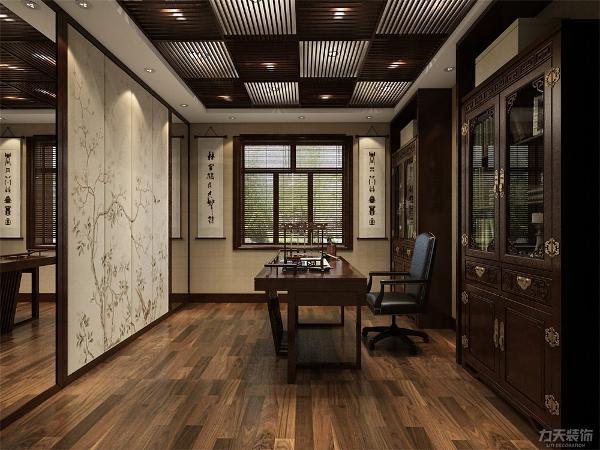 书房的设计极为复古,一侧墙面的镜子使得空间更为宽阔。