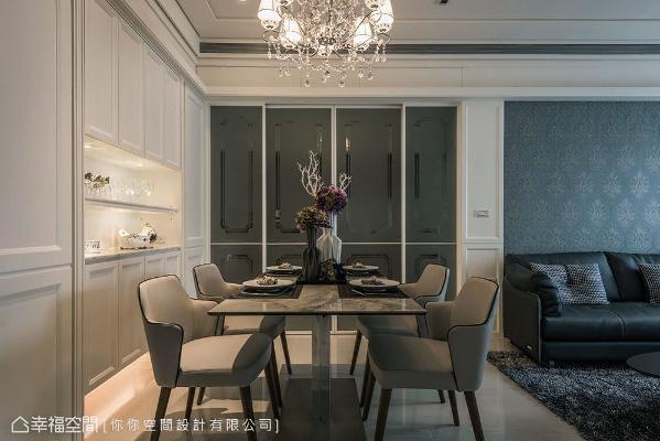 餐厨区以自动门做为场域的机能区隔,其古典线板造型的喷砂玻璃,也让风格更加一致。