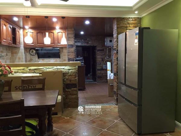 入户门厅和厨房吧台都用了大石头上墙,很有复古田园的美式情调。