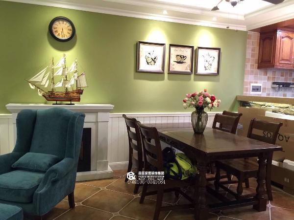 餐厅和客厅是并列的,为了防止太单调,设计师在中间做了一个壁炉,绿色的墙漆也是美美哒。