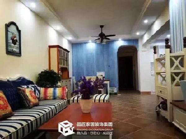 蓝白色的沙发配上蓝白色的墙漆大爱
