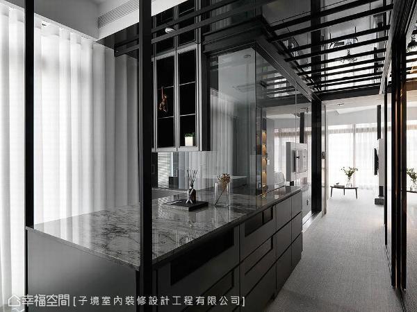 为提升储物机能,设计师古振宏以中岛结合抽屉柜创造多元收纳空间。