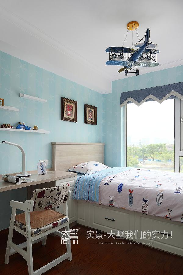 业主的宝宝喜欢蓝色,喜欢海洋,我们在设计的时候就用了湖蓝色的海星墙纸做整个房间的基调,配上灰木色家具,略显英雄主义的龙虾装饰画组合,让儿童房显得更有趣味性。