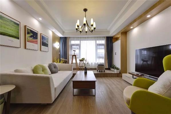 阳台合并到客厅,阳台地面抬高一梯台,以其来区分两个空间,在视觉上让其看起来更空阔,但两个空间的功能也还是独立的;