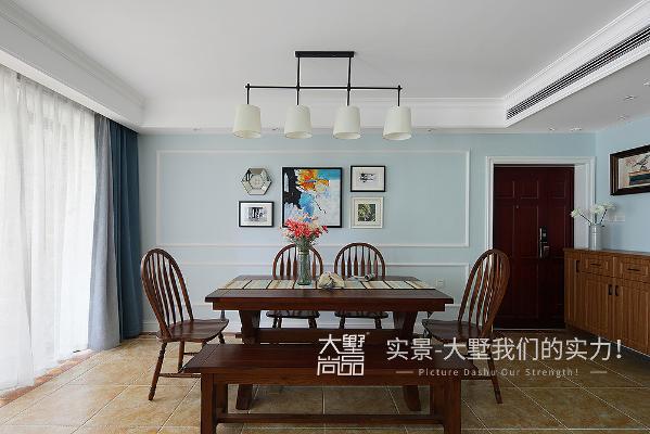 为了保证客厅的视间距,餐厅的纵深空间比较有限。所以在做设计的时候只用了复古的线条,轻轻勾勒餐厅墙面的美好。配上装饰画组合,起到画龙点睛的效果。