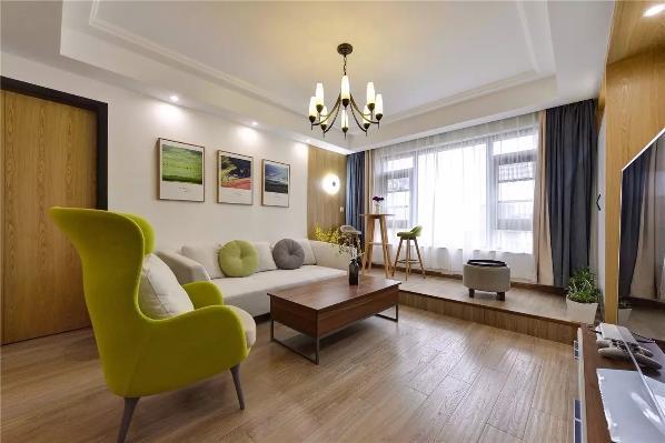 摆上高脚桌椅,阳台可作为多功能区域,一本书、一杯酒,在墙壁上灯光的映照下,一切都显得那么舒服、有情调;