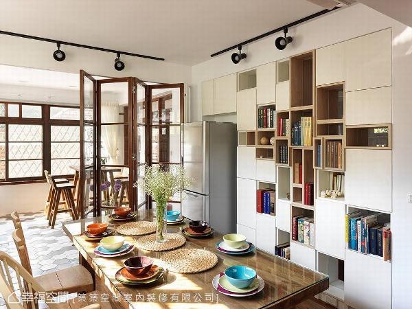 在茶香与咖啡香的氤氲中,感受岁月漫漫的优雅味道;取代实墙的书柜,则以虚实造型的现代意象,揉合新旧交织的设计美感。