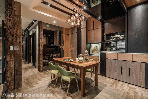 餐桌旁规划多功能柜子,肩负起一家人所需的收纳量;仿古大理石台面可以摆放咖啡机和小型家电,底部镶贴灰镜增加空间深度。