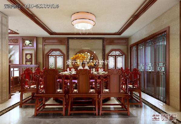 餐厅古典气息极为浓郁,厚重的实木餐桌设计,增添了典雅的气质,君子兰肆意绽放着,为厅内带来阵阵清香,应景怡情。