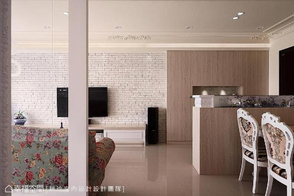 以半高矮墙界定玄关,让空间不显压迫;利用文化石堆砌出电视墙,呈现出原始粗犷感。