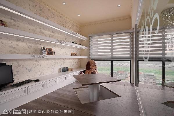 架高地板下规划收纳空间,可以隐藏电动升降桌;窗边以降板式设计打造卧榻,让屋主可以随兴坐卧欣赏窗外美景。