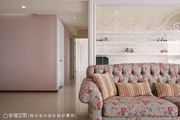玻璃墙上绽放出摇曳生姿花朵,与书房碎花壁纸相辉映;另一侧粉色造型墙一路蔓延进入私领域走道,在通透视线下形成延伸感。