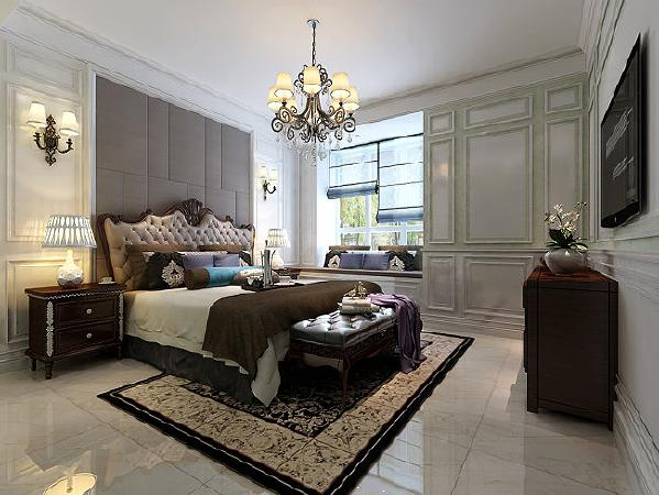 低调奢华的宫廷雕花床和一样风格的床头柜、床脚凳等浪漫的古典气息,素雅中有惊艳。