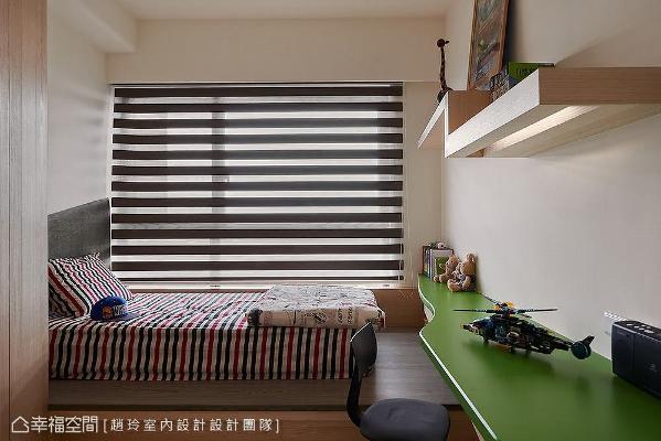 以架高卧榻取代床架,形成随兴坐卧平台;窗边还规划床边柜收纳空间,表示层板也以弧线设计延展出书桌机能。