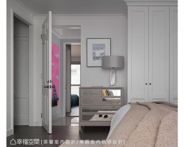 因主卧中已做满白色柜体,为让视觉有所跳脱,特地搭配一座镶嵌镜面的驼色边柜,衬托出些许优雅时尚感。