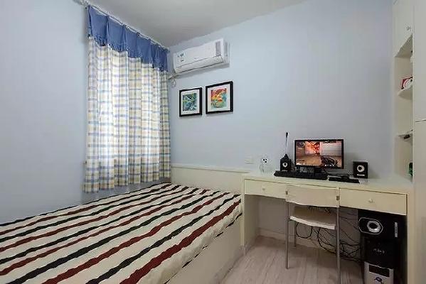 次卧木工直接打的柜子,榻榻米、书桌、书柜连成一体,墙面刷成了浅蓝色的,整体效果挺不错的。