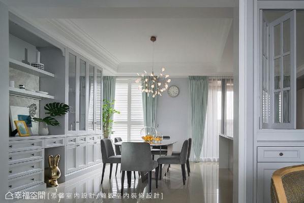 餐厨区特地选搭蓝绿色系窗帘,与整体淡雅的色彩基底相互融合,却又能跳脱出层次感。