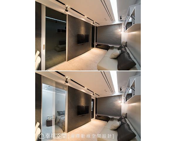 电视墙两侧设置黑玻拉门,分别隐藏主卧和阳台入口动线,藉由弹性开阖变化,空间运用变得更多元灵活。
