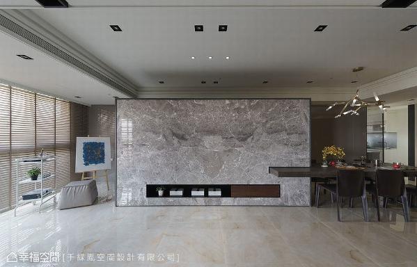 采用大理石作为电视主墙,成为开阔场域内的视觉重心,替营造带来恢弘气势。