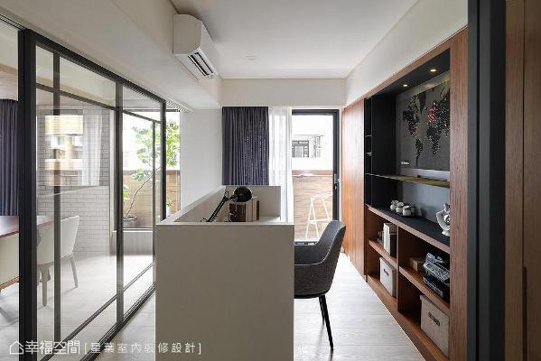 书桌右侧墙上挂有屋主收藏,并采铁件木皮框出气势,将世界地图完美融合至整体空间。