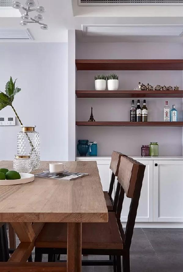 餐厅靠近厨房推门旁边的墙面装了一面搁板墙,作为收纳与展示柜用,实用美观两不误;