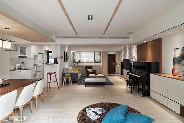 依循电视墙壁面与梁下空间为居家收纳做最完善的安排,并以木质背板铺叙钢琴摆放位置,顺势衬托钢琴的镜面质感。