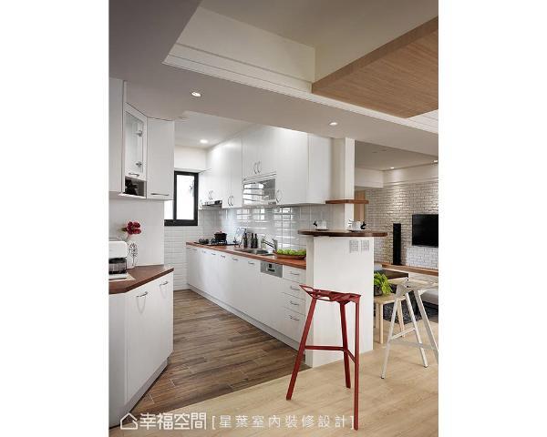 厨房空间结合旋转式圆桌与高脚椅,让男主人在家便可享受浓郁弥漫的咖啡香气,改写「妈妈厨房」的刻板印象。