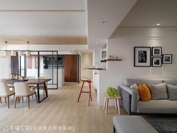 拆除餐厅、书房隔间墙,采铁件清玻做穿透式拉门设计,赋予居家明朗宽阔意象。