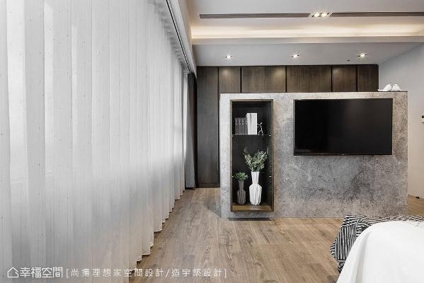 采仿古面大理石打造的电视墙,将木作展示柜嵌入墙体内,以悬浮效果提升轻盈感。