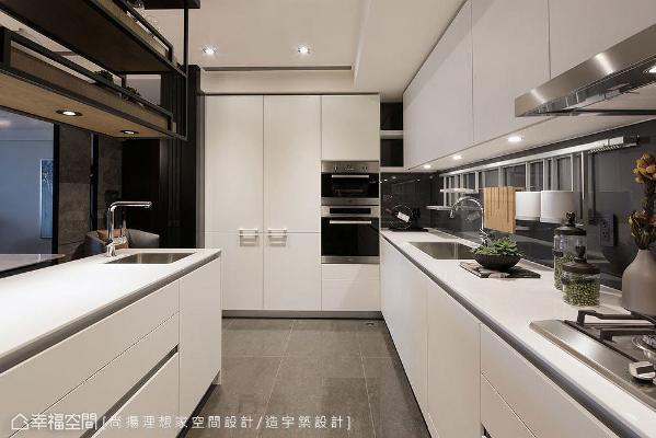 衣帽柜与电器柜形成的小区块,规划成小型开放式展示格,用来暂时摆放料理所须工具和小家电,使得烹饪过程更加顺畅。