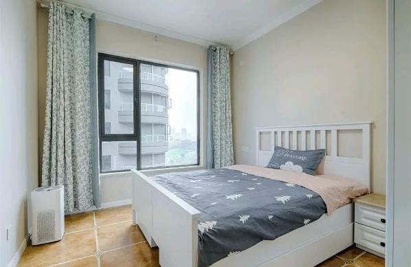 儿童房则以白色的床、黑色+树图案的床单、碎花窗帘,搭配上复古地砖,让这个空间搭配显得温馨舒适又惬意;
