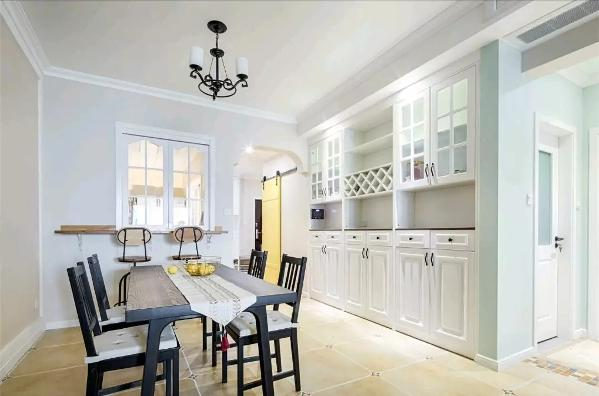 檀木黑的餐桌椅,旁边的墙面做了一面定制酒柜餐边柜组合柜,提供了丰富的收纳与展示空间;