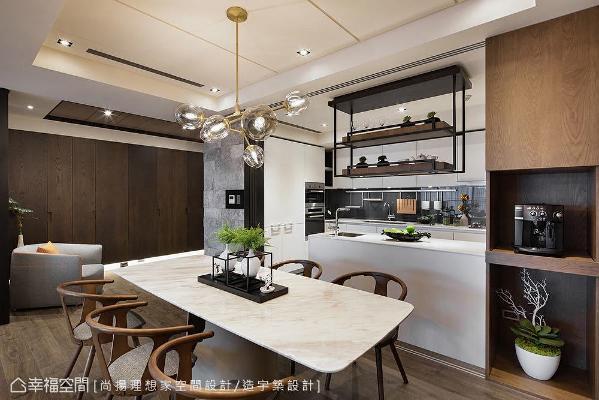 凹凸造型石材墙自玄关延伸而入,让视线得以绵延不断;搭配双面柜设计扩充出电器柜,以摆放咖啡机等小型家电。