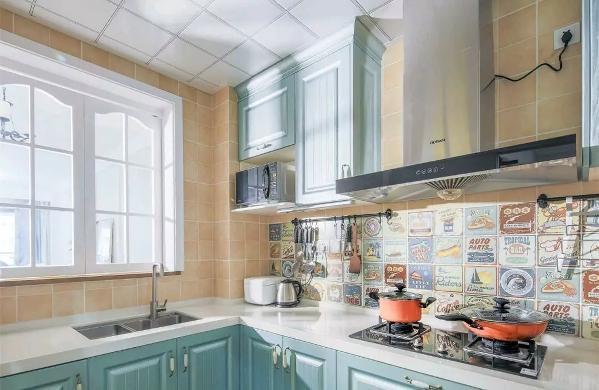 厨房的操作台后方的墙面以创意图案的花砖,搭配上橄榄绿的橱柜面板,搭配上靠窗墙面的暖色墙面,厨房空间的格调也是相当的独特有艺术感;
