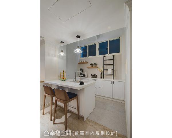 餐厅进入厨房前的空间,增设中岛打造出多功能早餐台和轻食区,墙面设置铁件楼梯方便通往户外平台打扫,梯状设计也可做为晾晒抹布的挂架。